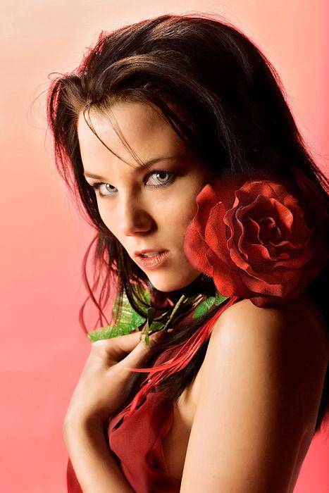 beau-visage-de-femme-fleur-rouge-flora